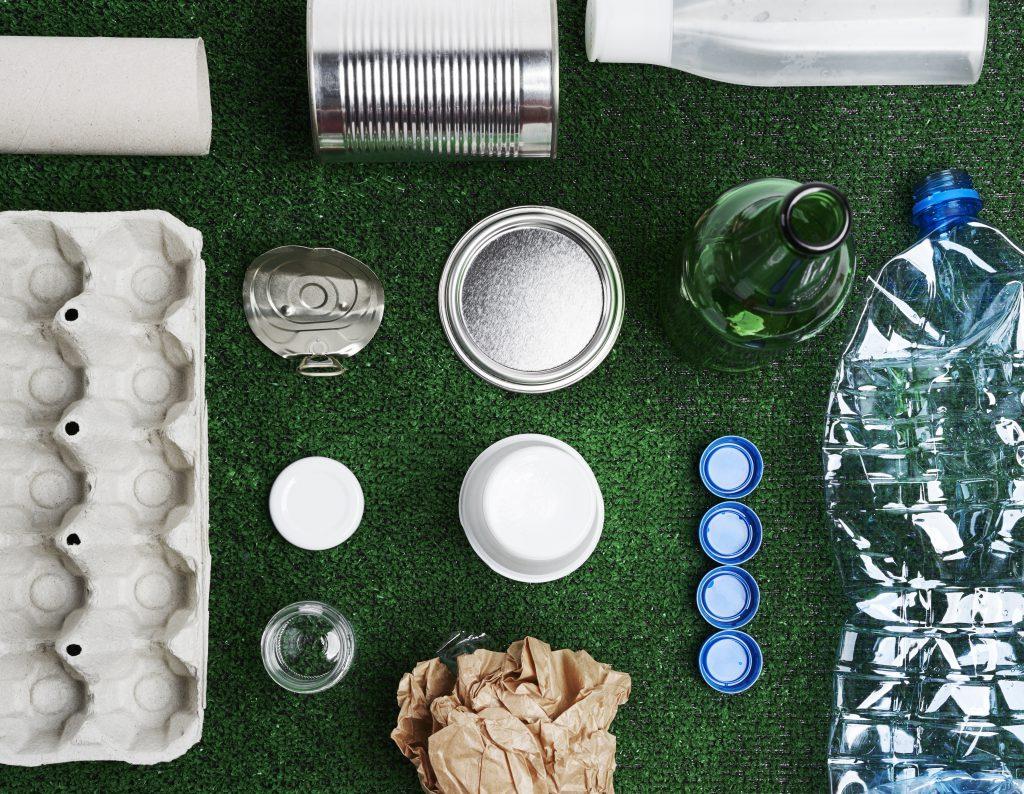 분리수거 가능한 여러 물품들을 모아 놓은 사진