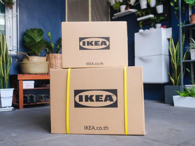 이케아 박스가 보여지는 사진