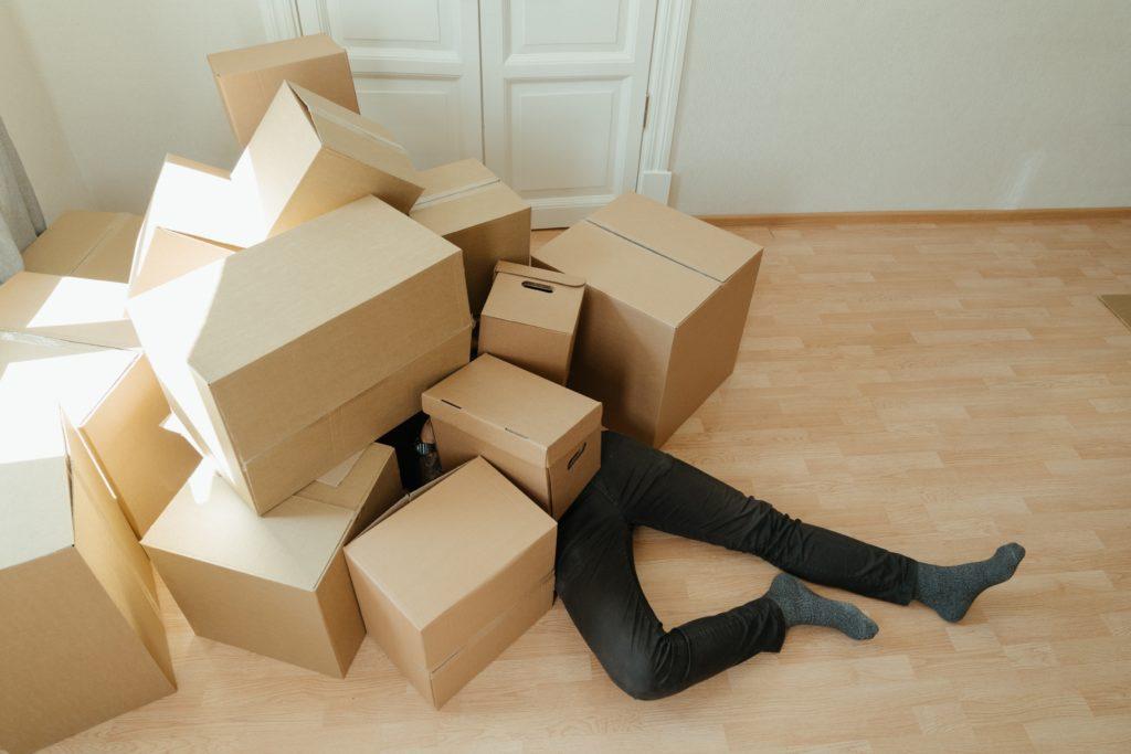 박스에 깔려있는 사람